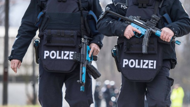 Spezialkräfte nehmen Verdächtigen wegen schweren Raubes fest