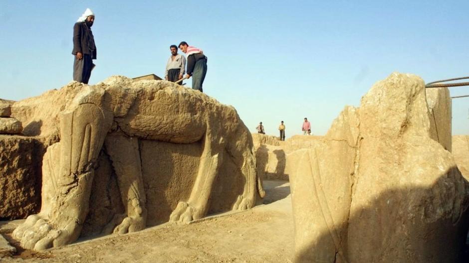 Zerstört? Irakische Arbeiter reinigen Ausgrabungen in Nimrud (Archivfoto vom Juli 2001).