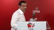 Noch am Sonntagabend gibt der griechische Ministerpräsident Alexis Tsipras auf einer Pressekonferenz Neuwahlen bekannt.
