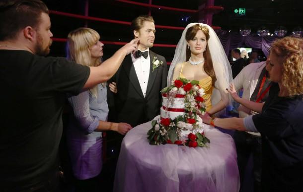 """29. August 2014. Seit Donnerstag ist klar: """"Brangelina"""" haben geheiratet. Das schlägt sich auch im Wachsfigurenkabinett in Sydney wieder, wo das Paar eine Hochzeitstorte und Angelina einen Brautschleier erhält."""
