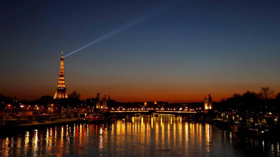 Paris glitzert bei Nacht trotz Pandemie und Ausgangssperre.