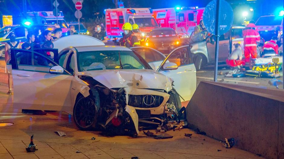 Auf der Flucht vor der Polizei rammte ein Raser in der Frankfurter Innenstadt mit seinem Sportwagen ein anderes Fahrzeug.