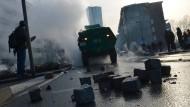 Nach den Blockupy-Krawallen: Pflastersteine liegen nach Auseinandersetzungen zwischen Polizisten und Demonstranten auf der Straße.