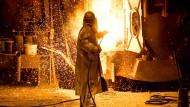 Ein Mitarbeiter in Schutzkleidung bearbeitet auf dem Gelände der Salzgitter AG eine Stahlpfanne.