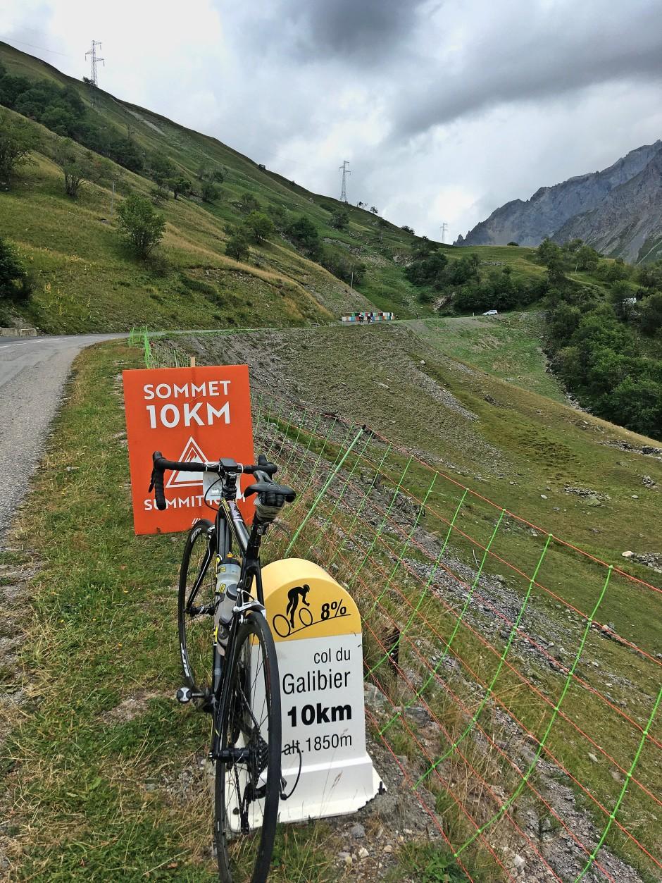 Zehn Kilometer vor der Passhöhe  des Galibiers erinnert er sich  an einen Tipp von Jan Ullrich –  und kann weiterfahren.
