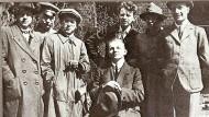 Der Widerständler als junger Mann: Carlo Mierendorff (sitzend) im Kreis des Künstlervereins Dachstube