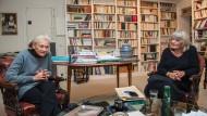 Die französische Philosophin Elisabeth Badinter und die deutsche Publizistin Alice Schwarzer diskutieren in der Pariser Wohung Badinters.