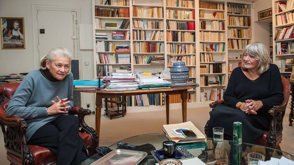 Die deutsche Publizistin Alice Schwarzer (rechts) und die französische Philosophin Elisabeth Badinter im Dezember 2017 in Badinters Wohnung in Paris
