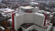 Zentralklinikum Augsburg mit Hubschrauberlandeplatz: Dank großer Finanzleistung Bayerns nun dessen sechsten Uniklinik