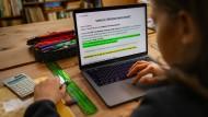 Ein Schüler löst am Laptop Zuhause in Wentorf seine Schulaufgaben.