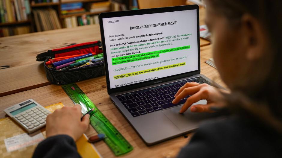Unterricht von daheim: Ein Schüler löst am Laptop Zuhause in Wentorf seine Schulaufgaben.