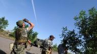 prorussische separatisten beobachten ein ukrainisches kampfflugzeug oestlich von donezk EU arbeitet an Sanktionen nach amerikanischem Vorbild