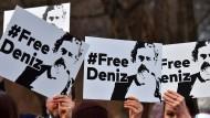 Demonstranten vor der türkischen Botschaft in Berlin fordern die Freilassung von Deniz Yücel.