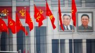 Bilder der früheren kommunistischen Führer Kim Il-sung und Kim Jong-il zieren das Haus der Kultur, in dem Nordkoreas Diktator Kim Jong-un den ersten Parteikongress seit 36 Jahren abhalten lässt