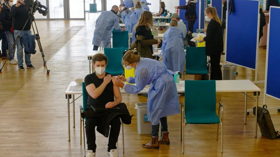 Bei einer Sonder-Impf-Aktion in der Ditib-Zentralmoschee im Kölner Stadtteil Ehrenfeld am Wochenende wird u. Johnson & Johnson verimpft.
