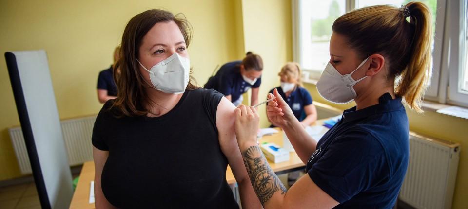 O femeie primește vaccinarea împotriva coronavirusului într-un centru de vaccinare din Wismar.