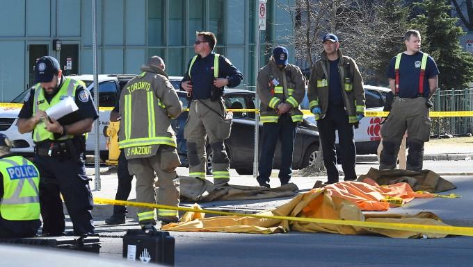 Feuerwehrleute und Polizisten am Tatort in Toronto