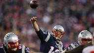 Beim Spiel gegen die Denver Broncos geht es für Tom Brady (Mitte) um den Einzug in den Superbowl.