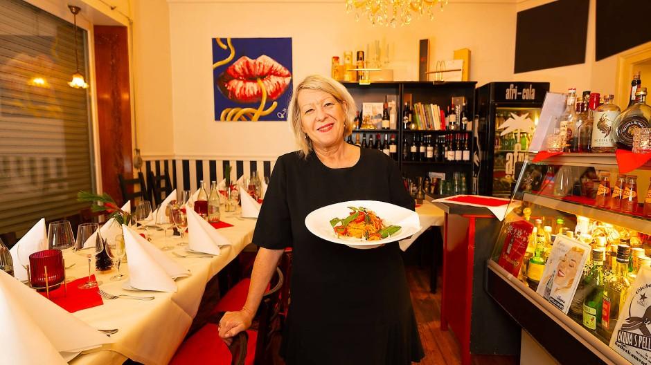 """Präsentabel: Roswitha Stern, Gründerin und Betreiberin des italienischen Restaurants """"Pasta Davini"""", mit einem ihrer Gerichte"""