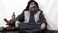 Ein Screenshot aus einem undatierten VIdeo, in dem Abu Bakr al-Bagdadi zu sehen ist.