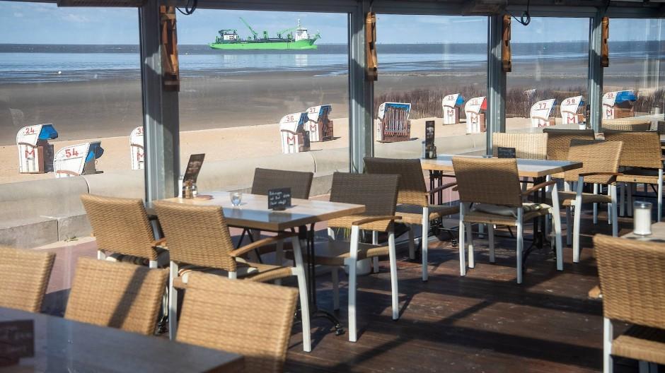Ein Restaurant ohne Gäste in Cuxhafen