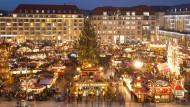 Dresdens Striezelmarkt von oben und hell erleuchtet: Trotz Pegida kommen wieder viele Menschen in die Stadt. Sie wollen vor allem Spezialitäten aus dem Osten kaufen.
