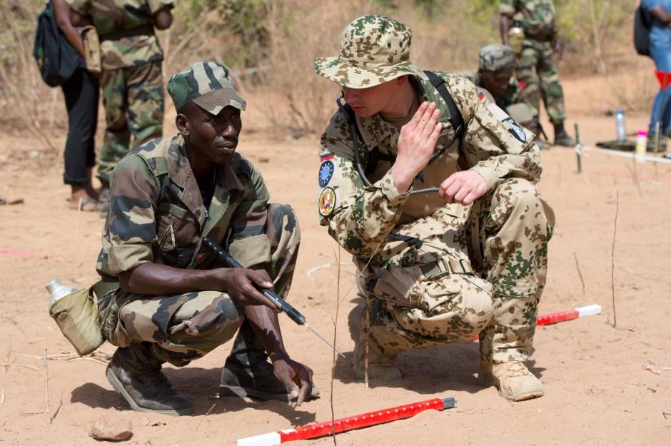 Ein deutscher Soldat im vergangenen Mai in Koulikoro (Mali) bei der Ausbildung eines malischen Kollegen