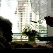 Ist nach der Krise vor der Krise? Szene aus einem Seniorenwohnheim in Deutschland.