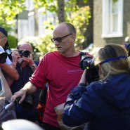 Boris Johnsons Chefberater Dominic Cummings verlässt am Montag sein Haus in London.