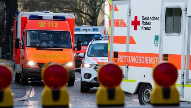 Frau fährt mit Auto in Baumarkt – Rentnerin von Briketts erdrückt