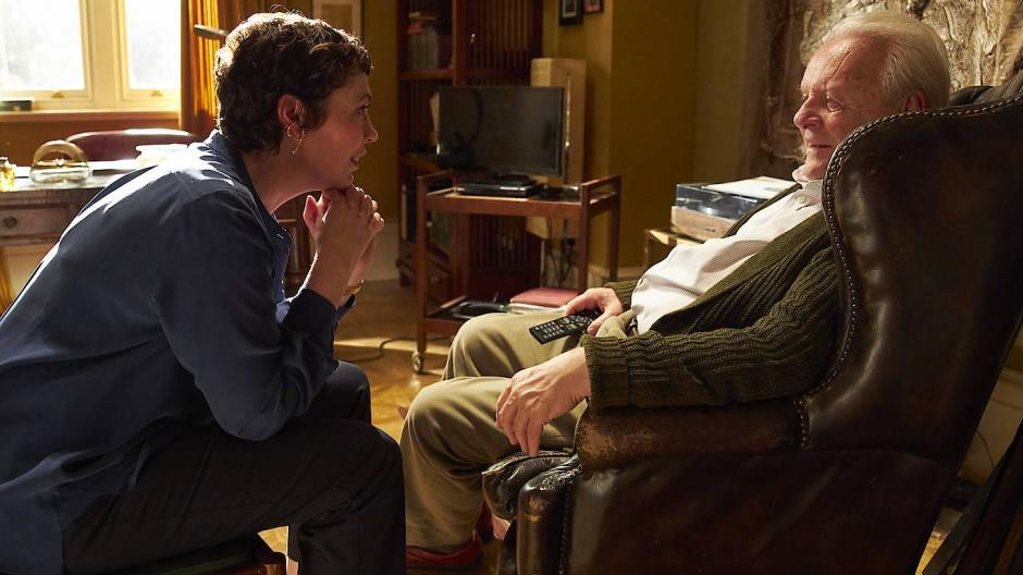 """Olivia Colman als Tochter Anne und Anthony Hopkins als ihr demenzkranker Vater Anthony in seinem neuen Film """"The Father""""."""