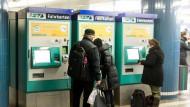 Kunden des RMV an einem Fahrkartenautomat in Frankfurter S-Bahn-Station