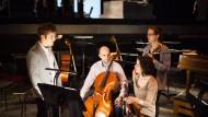 """Probe für """"Figaros Hochzeit"""": Der Kontrabassist Peter Josiger (links) übt in der Oper Frankfurt mit den Stipendiaten Bogdan Kisch (Cello), Lucie Leker (Geige) und Paula Heidecker (Bratsche)."""