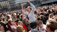 In Stockholm tanzen Tausende bei einer Trauerkundgebung zu den Hits des verstorbenen Künstlers Avicii.