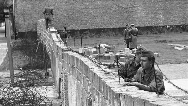 """In Berlin wächst die """"Schandmauer"""" – und zementiert die Teilung"""