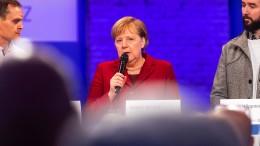Merkel im Bürgerdialog nach Ausschreitungen