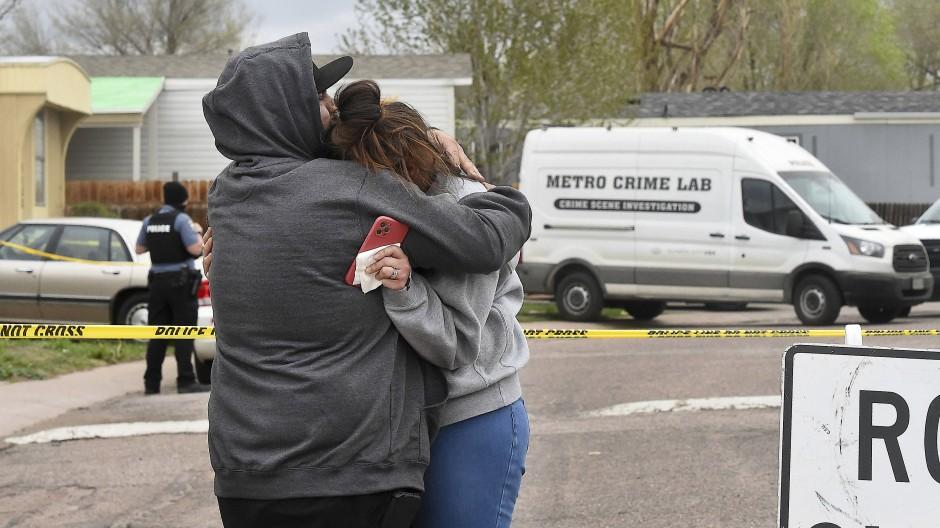 Hinterbliebene von Getöteten stehen in der Nähe des Tatorts in Colorado Springs.