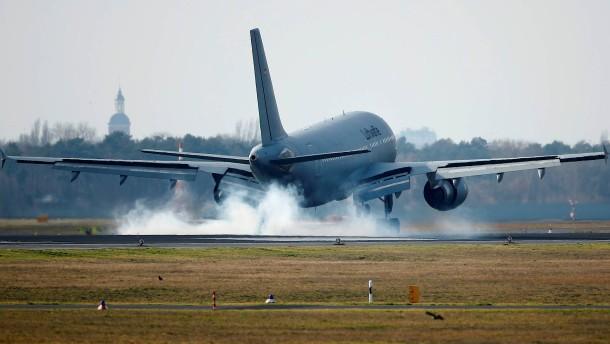 Flugzeug mit China-Rückkehrern in Berlin gelandet