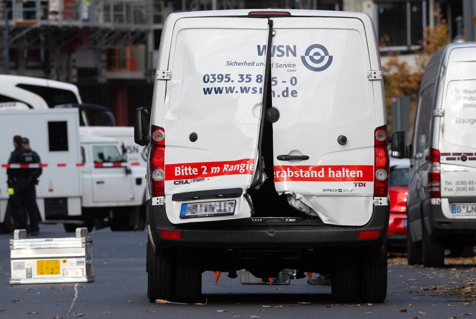 Aufgebrochene Türen des Geldtransporters nach dem Überfall am Alexanderplatz.