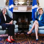 Die britische Premierministerin May Mitte Juli 2016 mit Schottlands Regierungschefin Sturgeon