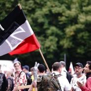 Teilnehmer demonstrieren mit einer Reichskriegsflagge gegen die Corona-Maßnahmen der Bundesregierung vor dem Brandenburger Tor, 30. August 2020.