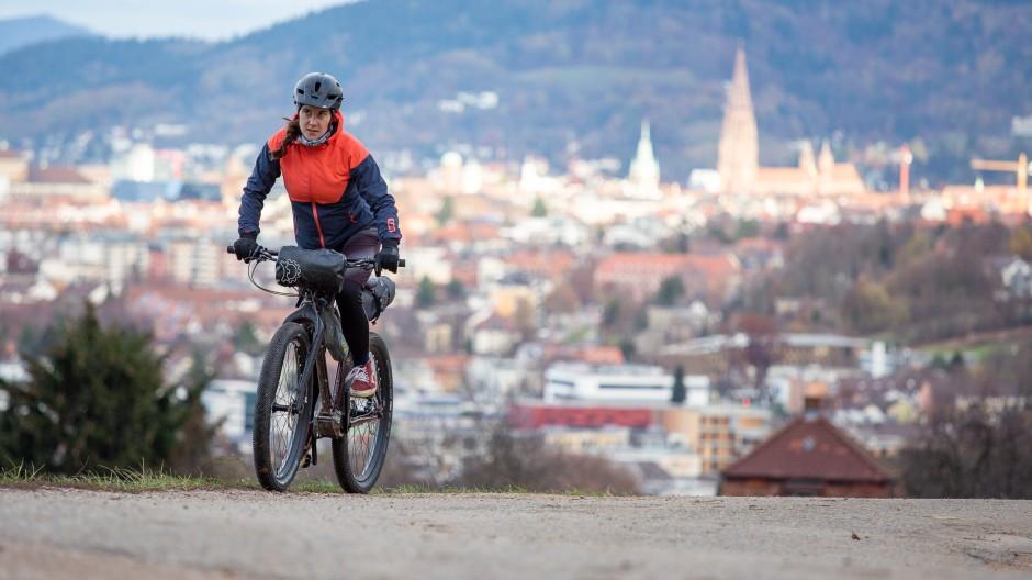 Mit dem Rad unterwegs: Ohne Helm zu fahren, ist heutzutage nicht mehr angesagt.