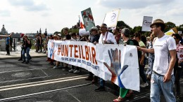 Zehntausende demonstrieren gegen Rechtsruck