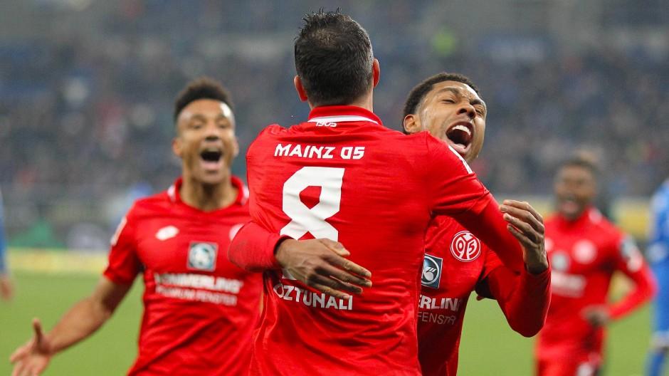 Mainz wie es singt und lacht: Torschütze Levin Öztunali (vorne) feiert mit Jean-Paul Boetius und Karim Onisiwo.