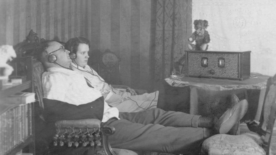 Ein Paar beim Radiohören im November 1928
