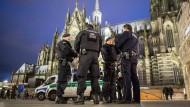 Die Polizei zeigt Präsenz am Kölner Hauptbahnhof.