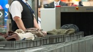 Durchleuchtet: Obwohl das Gepäck verdächtig erschien, konnte eine Frau in den Sicherheitsbereich gelangen.