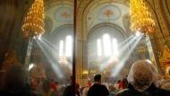 Gläubige bei Osterfeierlichkeiten der Orthodoxen Kirche am Sonntag in Riga, Lettland. Die Orthodoxe Kirche feiert Ostern nach Julianischem Kalender.