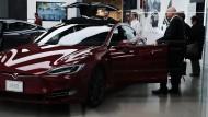 Womit Tesla lieber Schlagzeilen macht – teure Elektroautos.