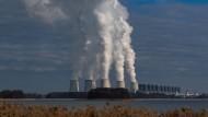 Wasserdampf steigt aus den Kühltürmen des Braunkohlekraftwerks Jänschwalde der Lausitz Energie Bergbau AG (LEAG).